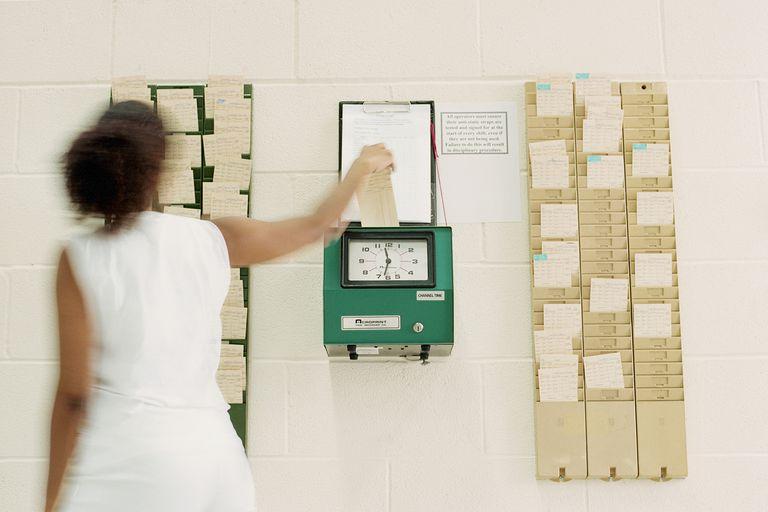 Mujer fichando entrada al trabajo