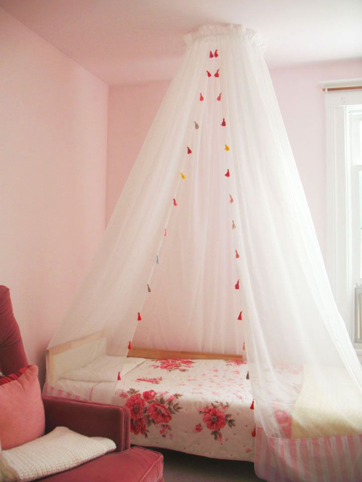 Simple DIY bed canopy made with embroidery hoop.