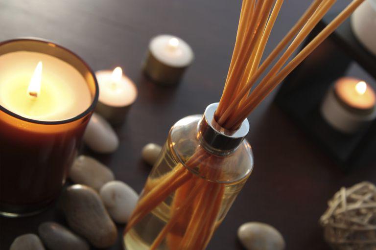 Haz tu propio difusor de aceites aromáticos con varitas de madera o bambú.