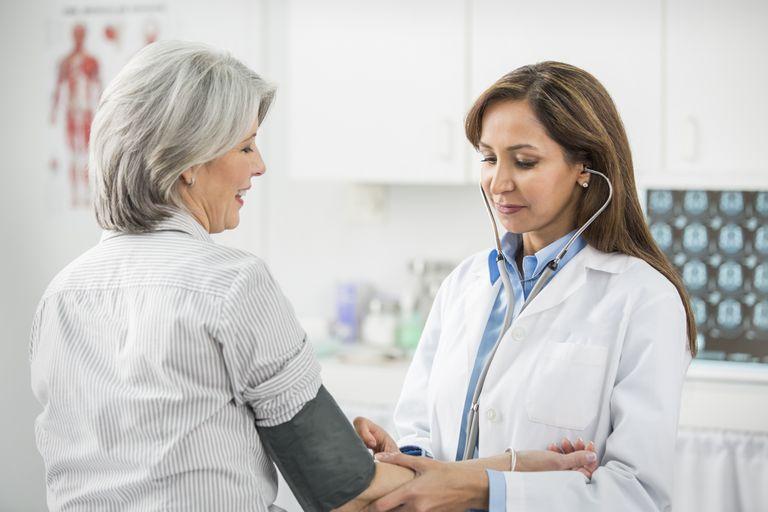 Paciente y médico para el examen físico y de vacunas para la green card.