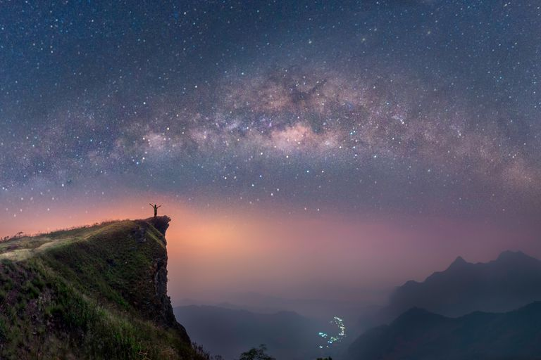 Vía Láctea sobre las montañas de Chiang Rai, Tailandia, Phucheefah