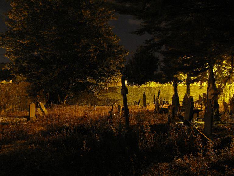 Temple_Hill_Graveyard_-Cork-_at_night_04.JPG