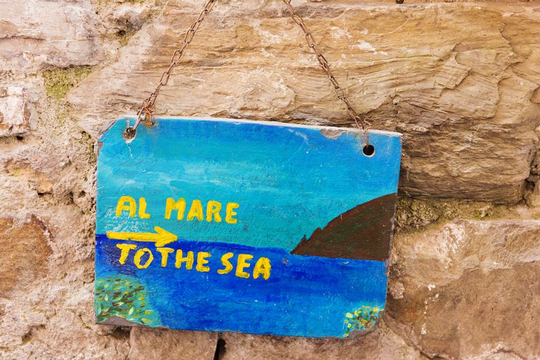 Sign indicating the way to the beach in Corniglia, Cinque Terre, Italy