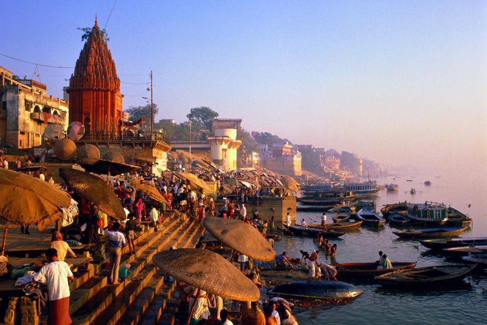 India, Uttar Pradesh, Varanasi, Dasaswamedh Ghat, bathers