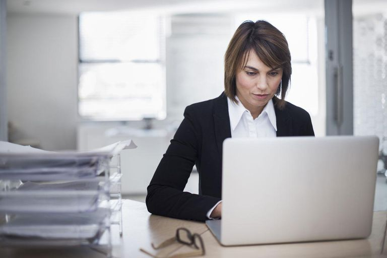woman_laptop_office_488337291.jpg