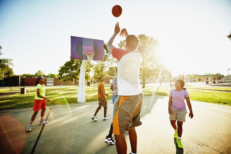 Adolescentes jugando basketball