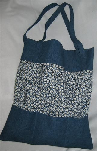 Free sewing pattern to sew a tote bag from two different fabrics with outside pockets.