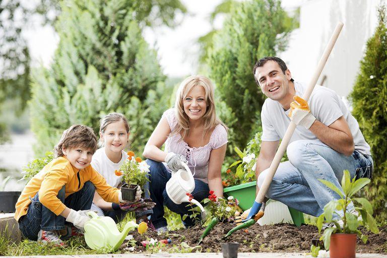 Familia en el mes de la jardinería