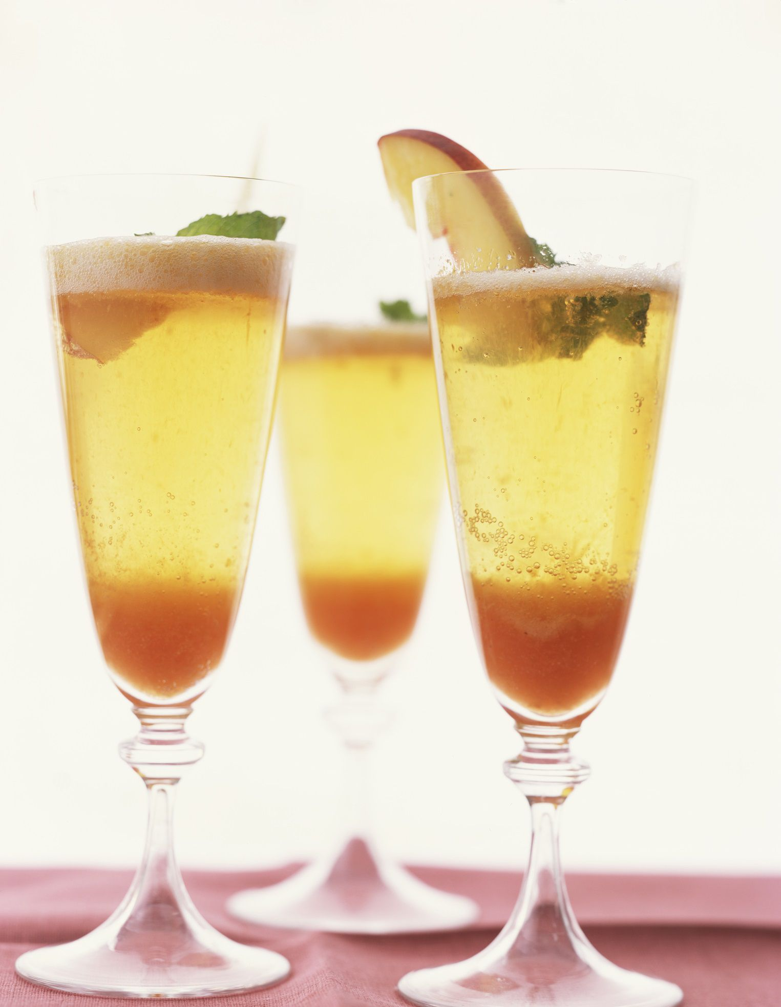 Bubbly bellini wine cocktail recipe for Cocktail recipes with white wine