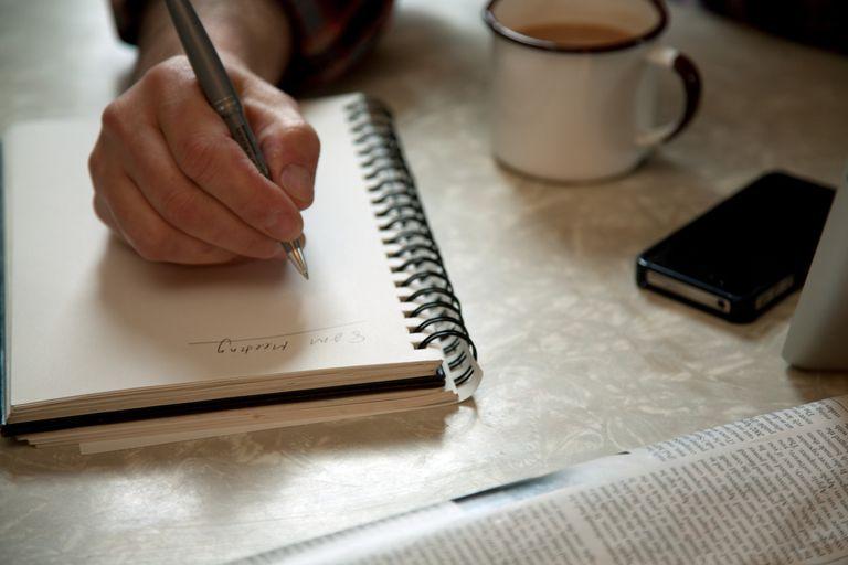 Persona escribiendo un ensayo
