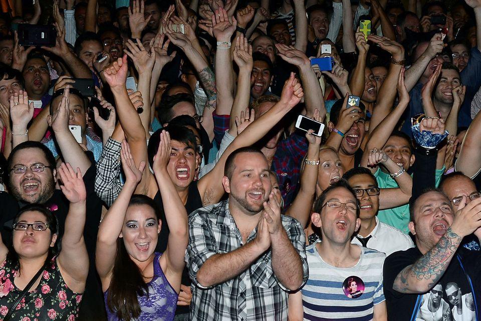 getty-crowd-applauding_1500_492382229.jpg