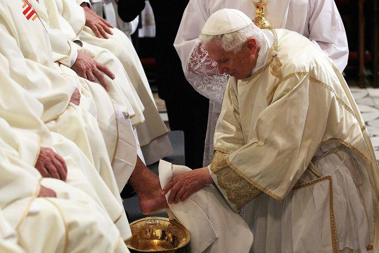 [Obrazek: Pope-Benedict-Washing-Feet-2012-58b5a7c0...9b4cff.jpg]