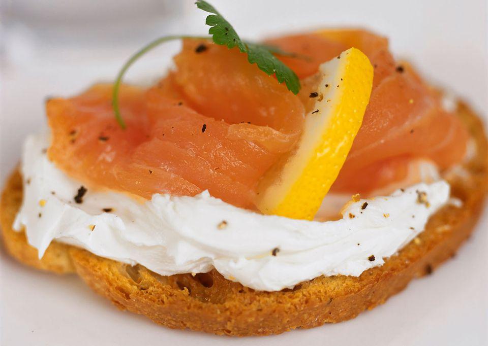 Smoked salmon with cream cheese tapas recipe - Tapas con salmon ahumado ...