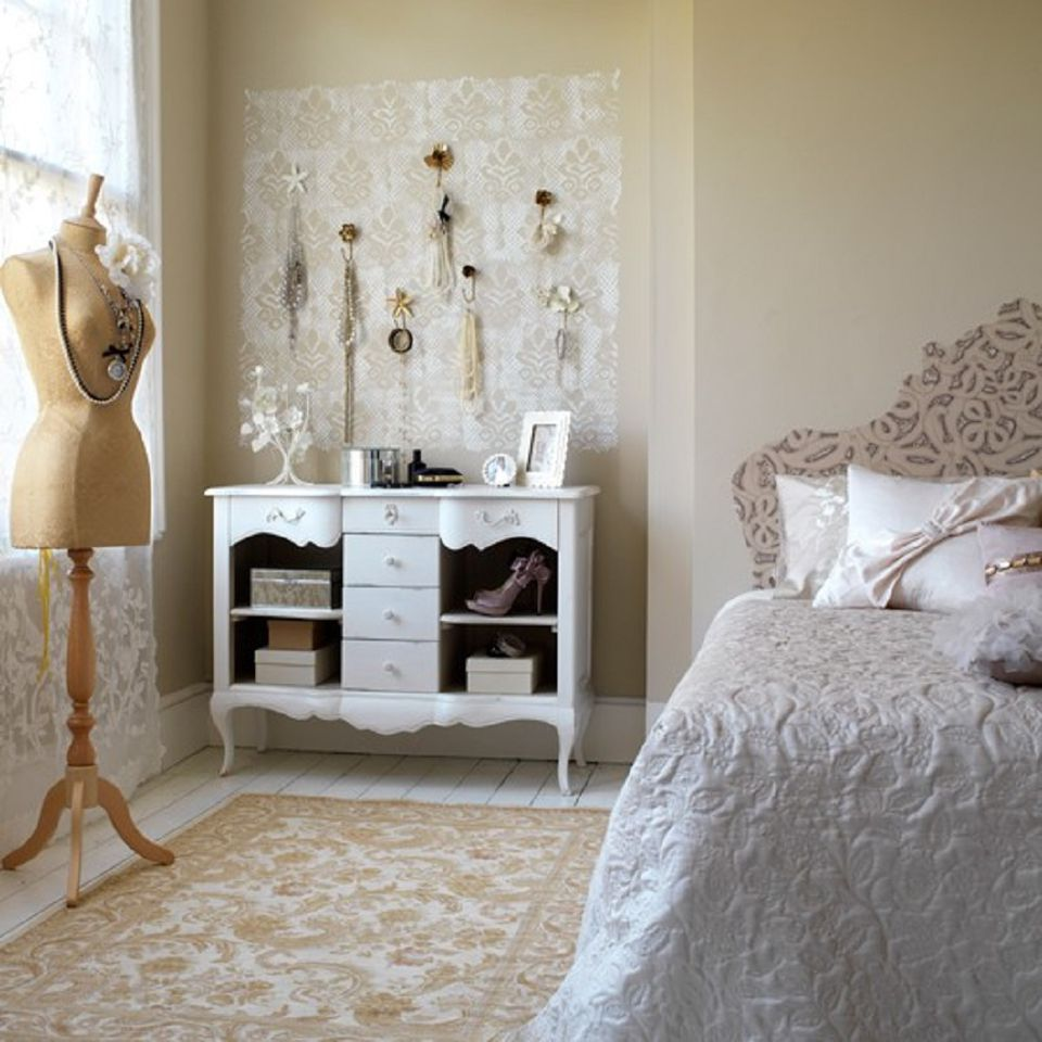 DIY projects for a vintage themed bedroom. Vintage Bedroom Decorating Ideas and Photos