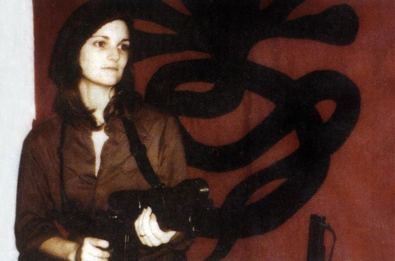 Patricia Hearst brandishing a weapon in front of SLA (Symbonese Liberation Army) april 15, 1974