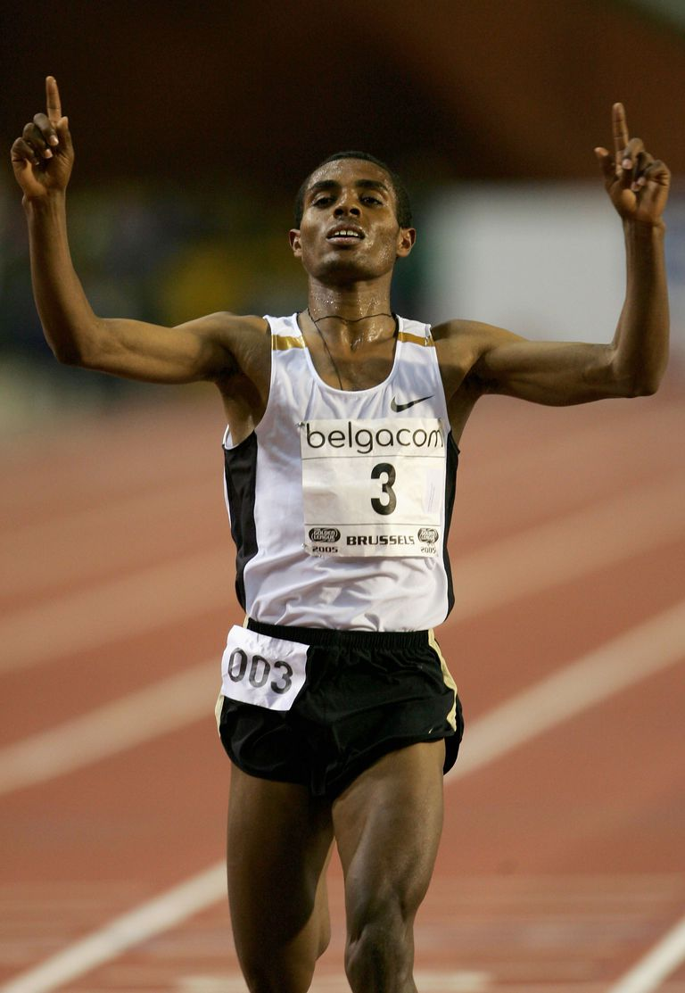 Kenenisa Bekele breaks his own 10,000-meter world record in 2005.