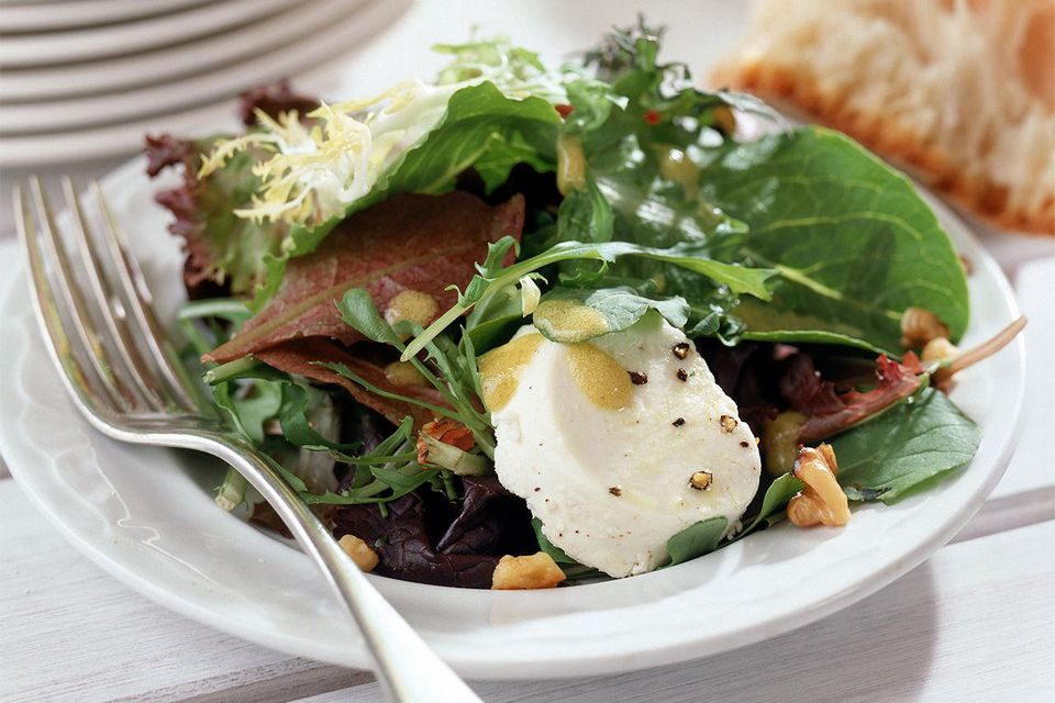 Mesclun salad with goat cheese