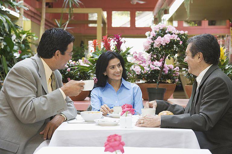 businesspeople_dinner_74596874.jpg