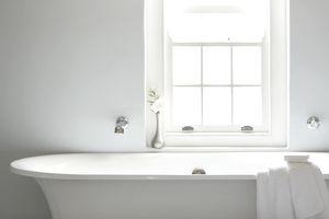 Acrylic versus cast iron bathtubs cast iron or acrylic for Cast iron tub vs fiberglass