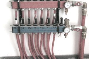 Radiant heating system manifold using PEX tubing