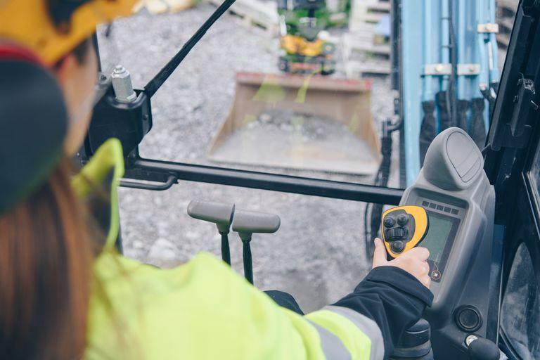 Mujer trabajando en construcción