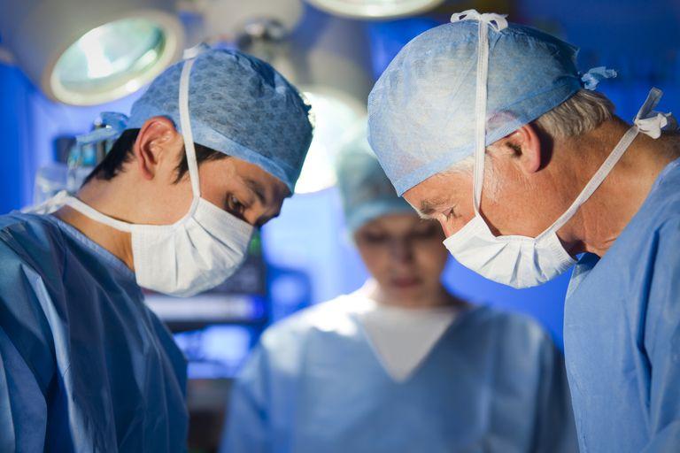 Cirujanos en quirófano