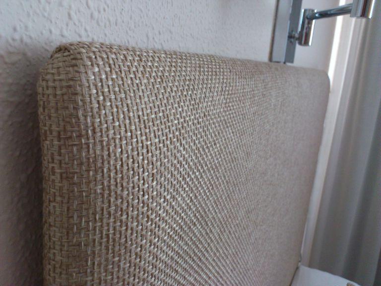 cabecero tapizado en color arena detalle - Como Hacer Un Cabecero De Tela