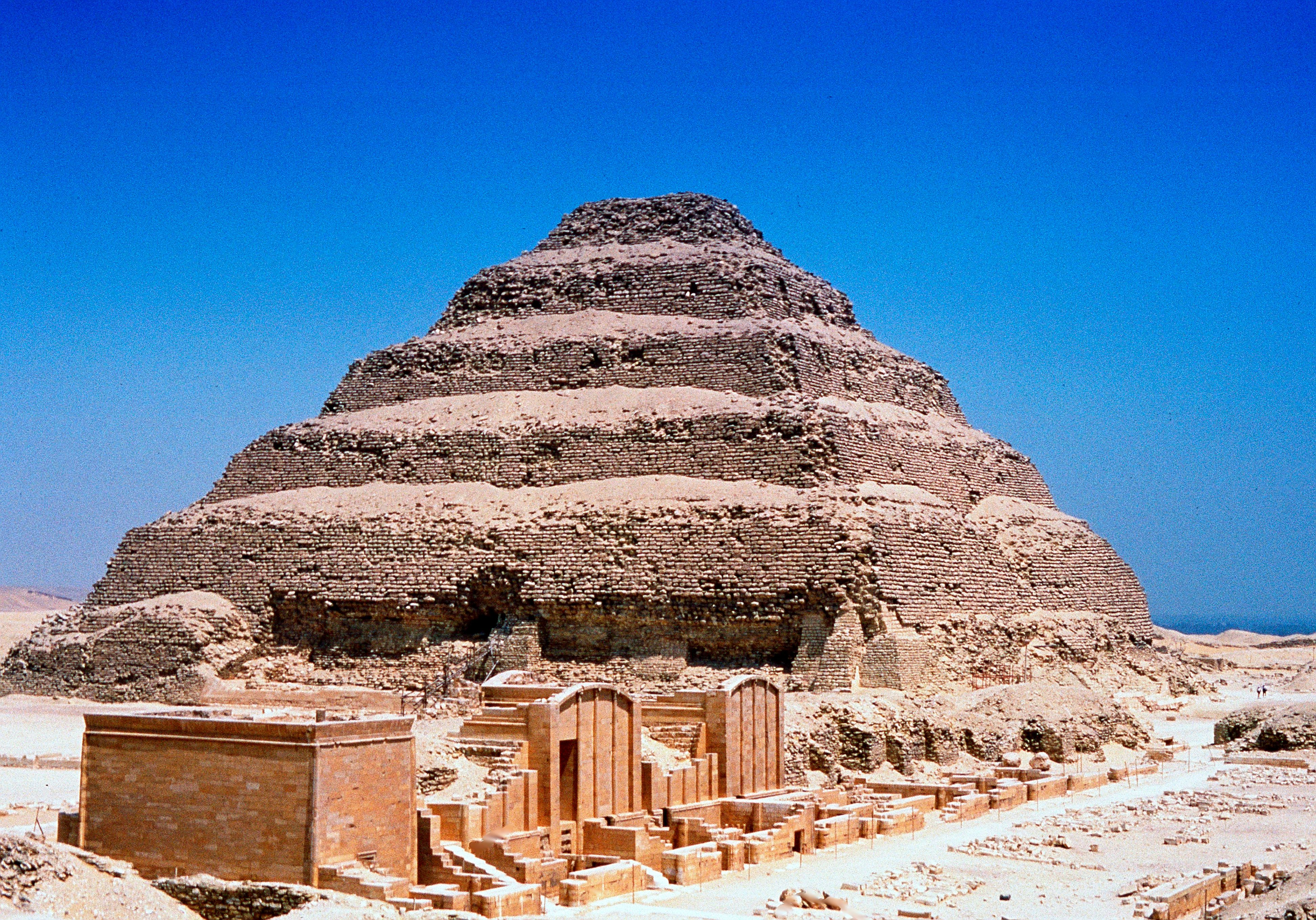 Step pyramid of djoser egypt 39 s oldest pyramid for Imhotep architecte