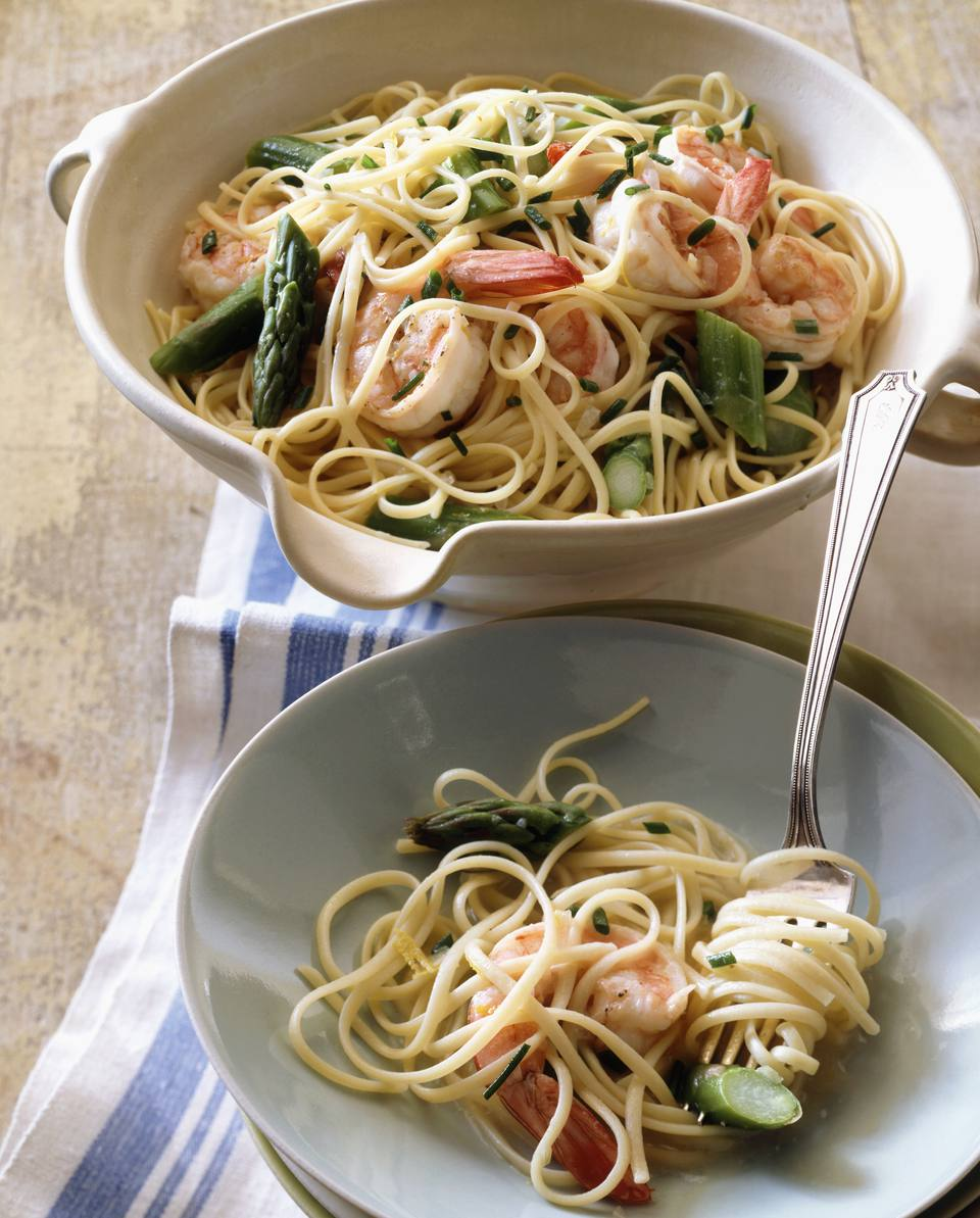 Spaghetti with shrimps and green asparagus