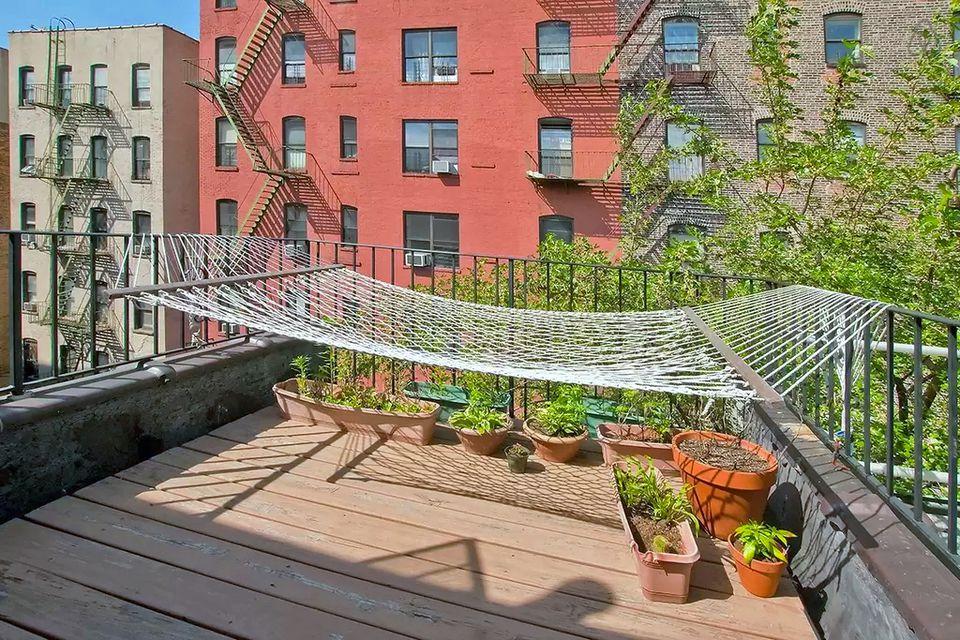 How to turn your tiny balcony into an outdoor paradise for Balcony hammock