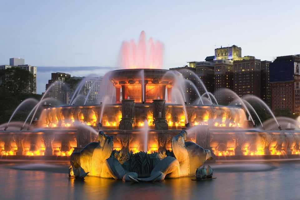 USA, Illinois, Chicago, Buckingham Fountain at dusk