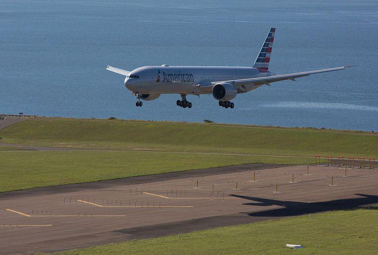 Avión de American Airlines aterrizando