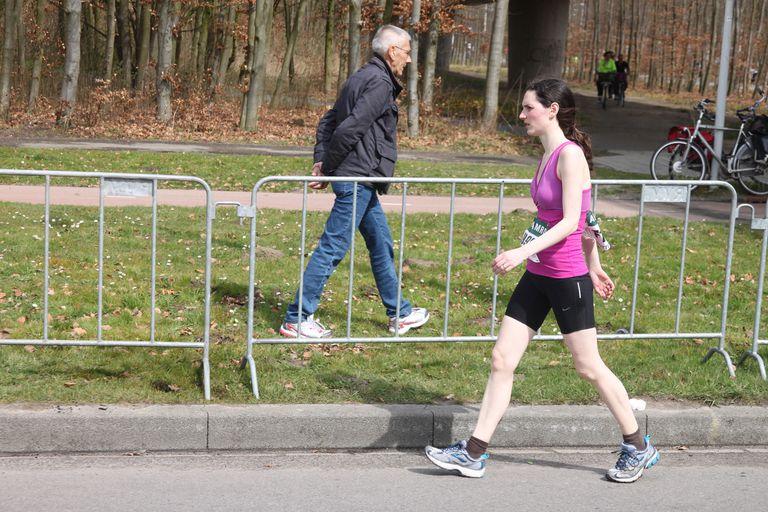 File:Walking woman during marathon