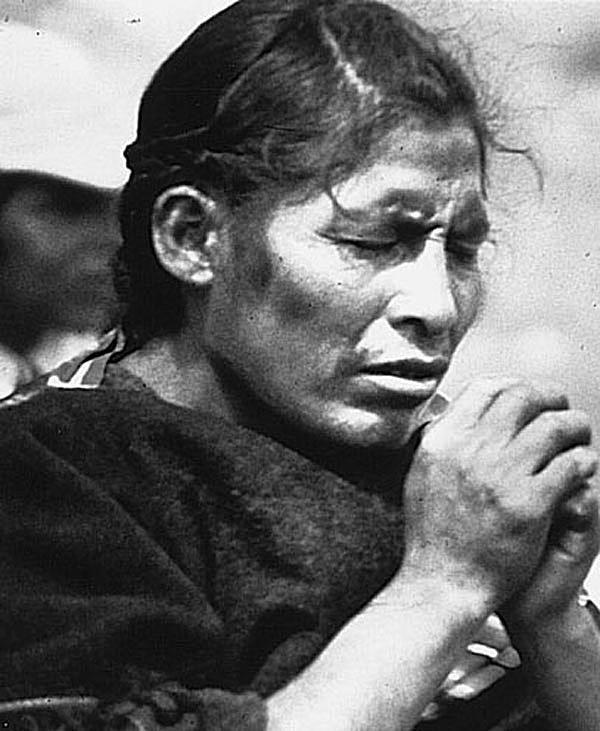 Mujer aymara de Bolivia orando.