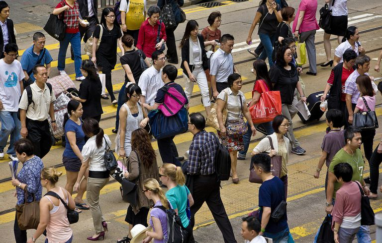 A picture of a crowd of people crossing the street in Hong Kong, China.