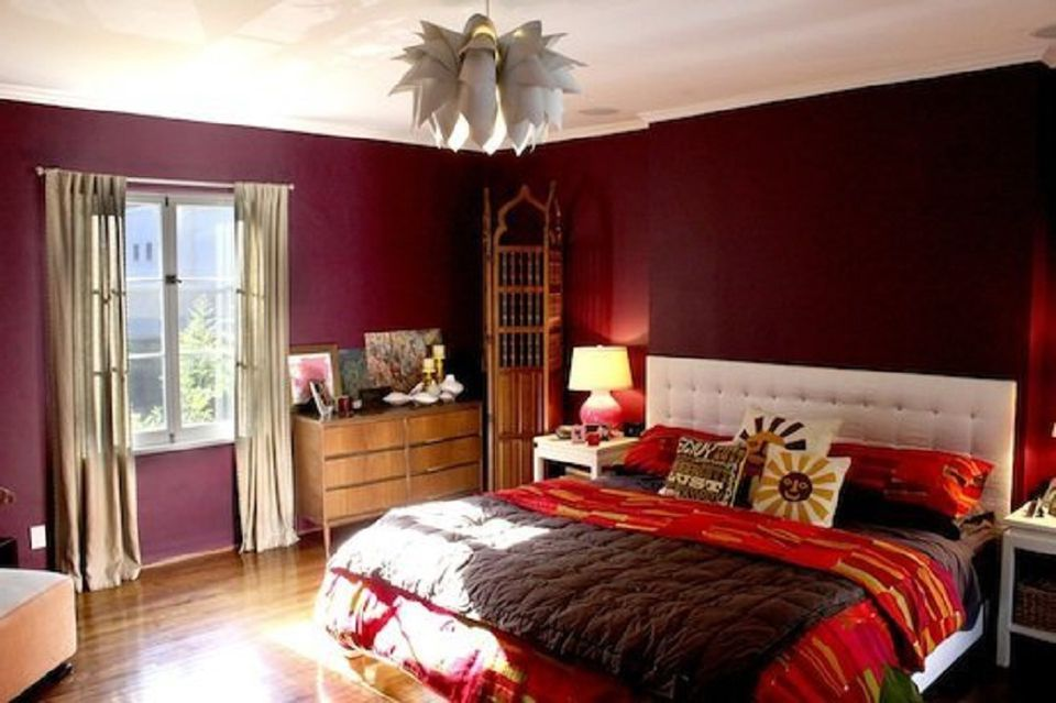 Decorating ideas for dark colored bedroom walls for Decorating with dark colours