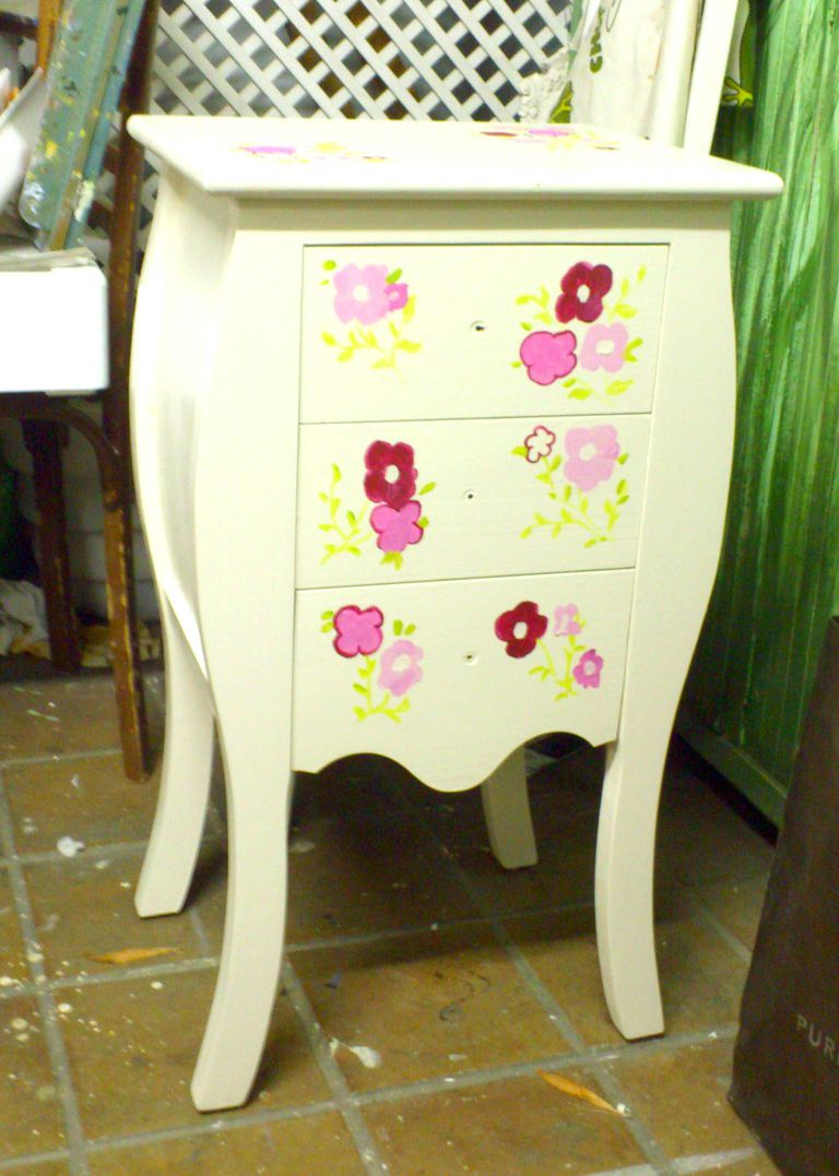 Pintar muebles de madera decorarlos y transformarlos for Pintura decorativa muebles