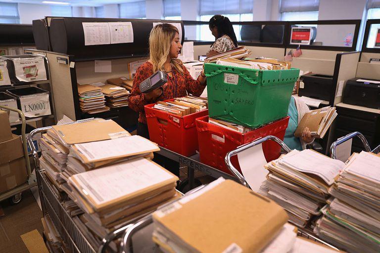 Decenas de expedientes migratorios en una oficina de USCIS