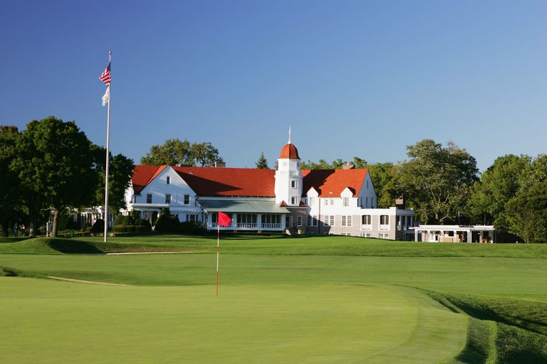 Chicago Golf Club's 15th green and clubhouse