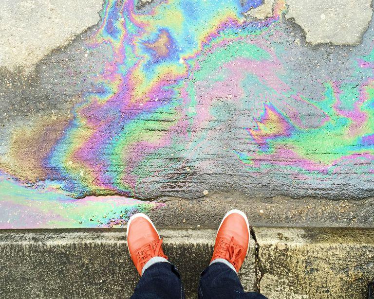 Ejemplo de contaminación terrestre: gasolina en el pavimento.