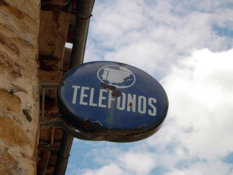 telefonos sign for lesson on volver conjugation