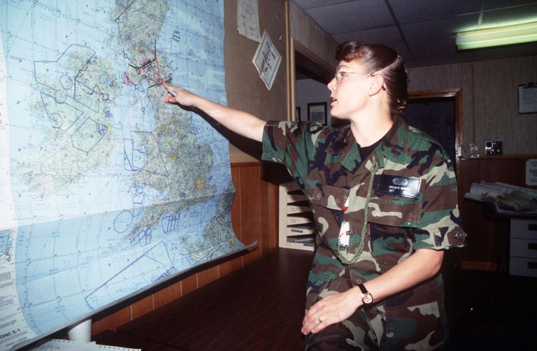 Capt Stephanie Brinley, an intelligence officer for the 27th Fighter Wing, 523rd Fighter Squadron, Cannon AFB, NM briefs crew members on the threats to be encountered during their mission at RAF Fairford, United Kingdom, during Central Enterprise '95 on 14 JUN 95.