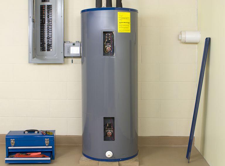 Cómo reparar un calentador de agua con tanque
