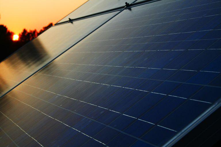 Hermoso atardecer con paneles solares