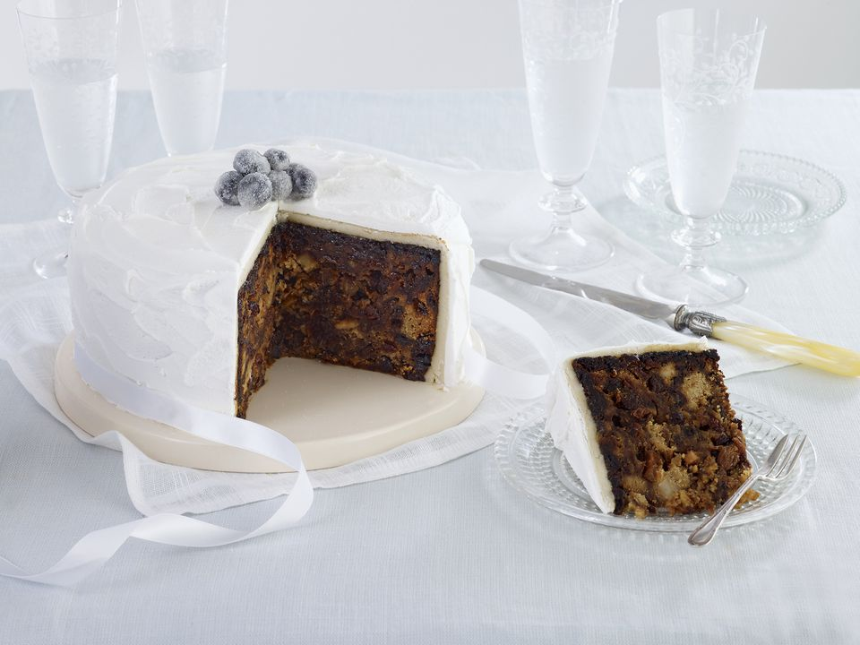 How To Ice A Christmas Cake (The Easy Way