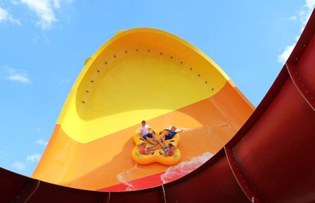 Raging Waves water park in Illinois