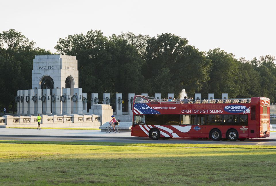10 things to do on a rainy day in washington dc sightseeing bus at the us national world war 2 memorial solutioingenieria Images