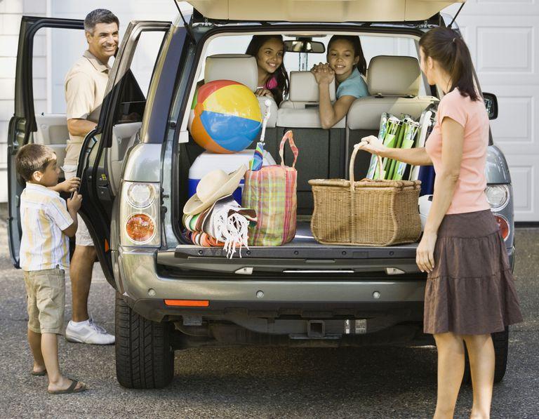 Familia hispana preparando el viaje en el coche