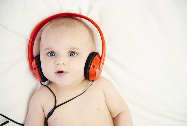 Bebe con audífonos