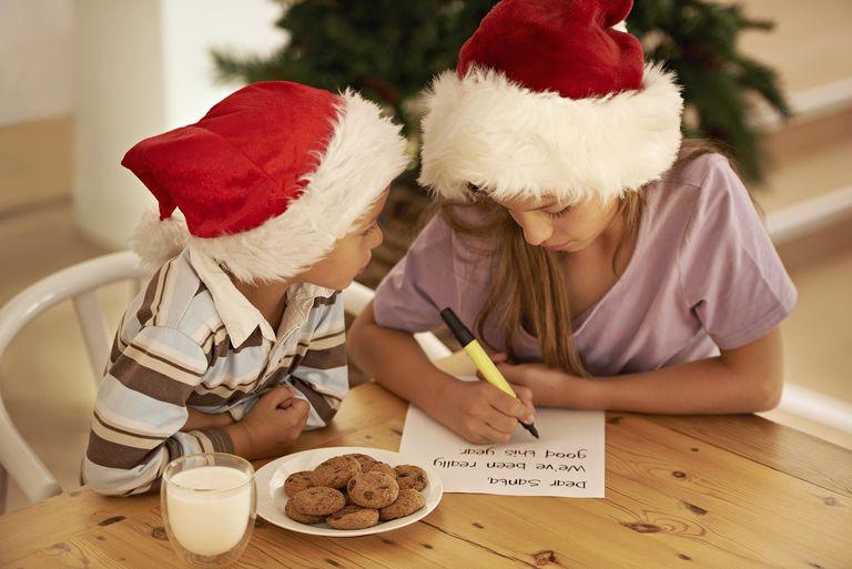 Niños escribiéndole Santa Claus una noche de Diciembre